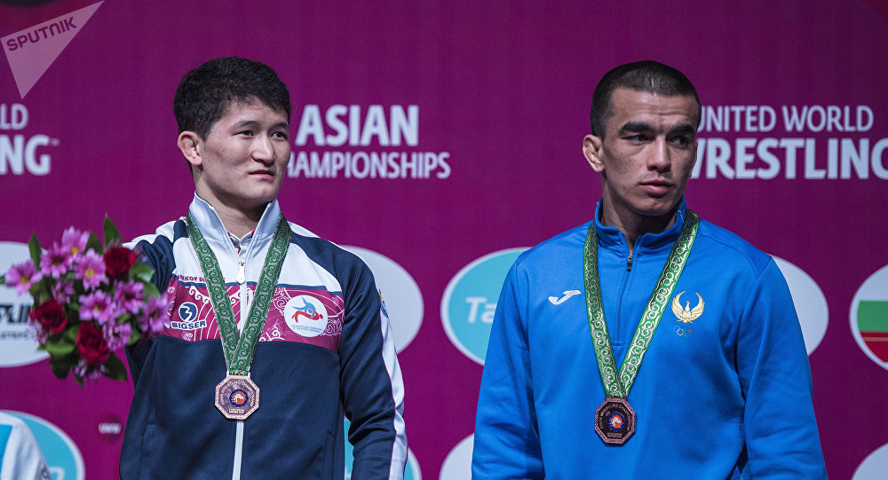 Кыргызстанский борец вольного стиля Улукбек Джолдошбеков(слева). Архивное фото