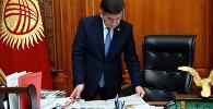 Архивное фото президента Кыргызской Республики Сооронбая Жээнбекова в рабочем кабинете