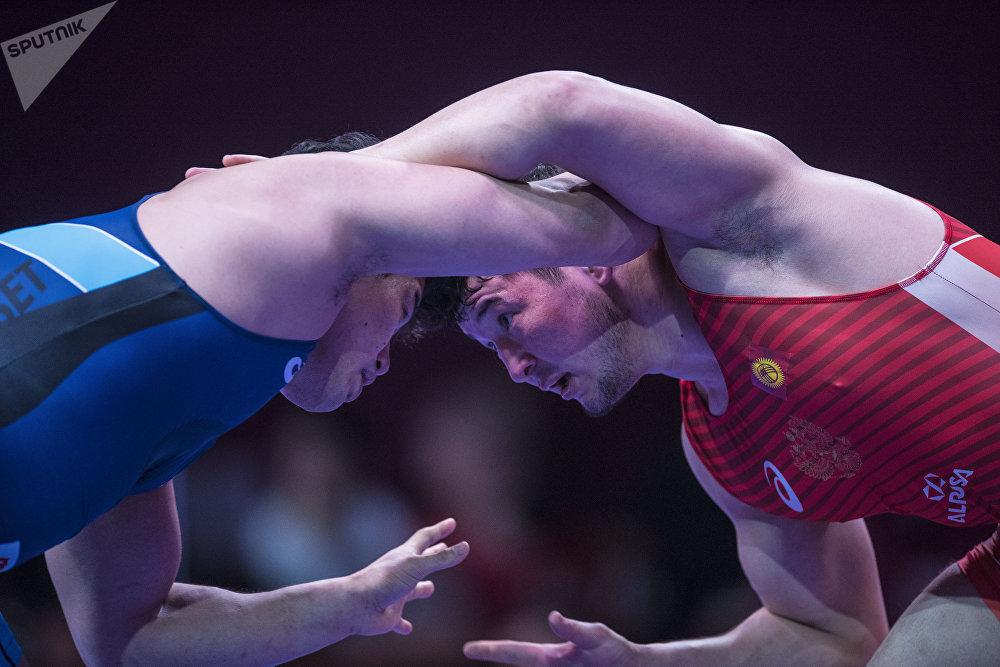 Айбек Усупов (97 кг) коло медаль үчүн япониялык балбан Такеши Ямагучи менен кармашып жаткан учуру. Тилекке каршы үчүнчү орун атаандашына буюрду