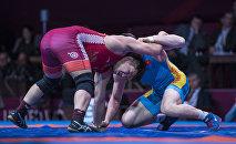 Борцы во время соревнований. Архивное фото