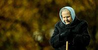 Пожилая женщина прогуливается в парке. Архивное фото