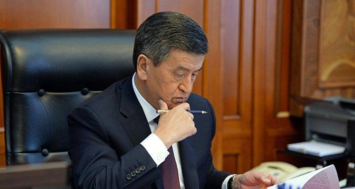 Президент Кыргызстана Сооронбай Жээнбеков в рабочем кабинете. Архивное фото