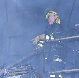 Сотрудник МЧС КР на месте крупного пожара на Ошском рынке в Бишкеке