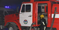 Сотрудники пожарные на месте возгорания. Архивное фото