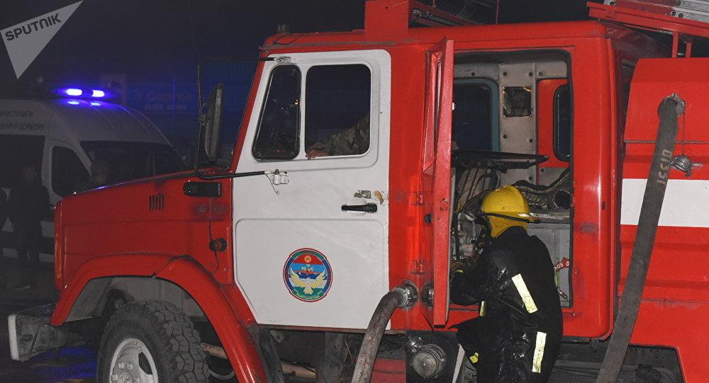 Сотрудники МЧС КР на месте пожара. Архивное фото