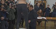 Полуголая девушка выскочила перед Берлускони во время голосования — видео