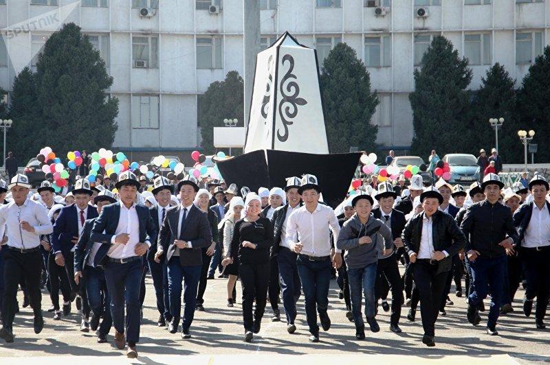 В Оше на центральной площади состоялись праздничные мероприятия, приуроченные ко Дню белого калпака. 5 марта, 2018 года