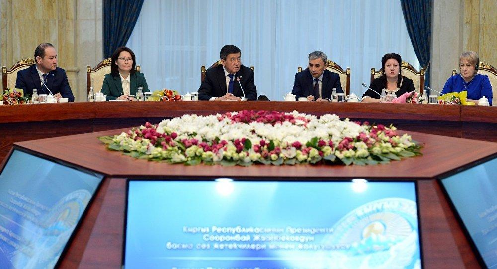 Президент Сооронбай Жээнбеков Кыргызстандагы ЖМК жетекчилери менен жолукканын өлкө башчынын маалымат кызматы билдирди