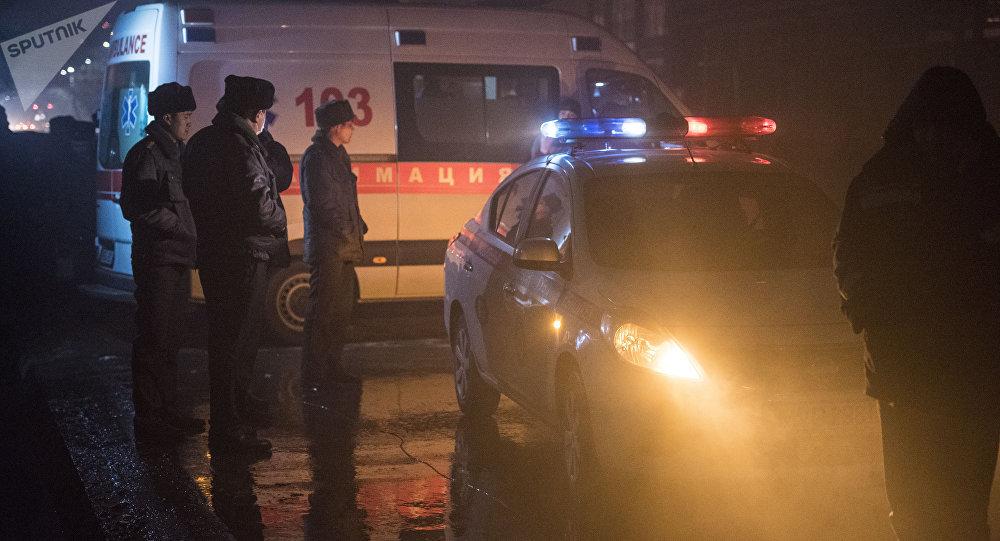 Сотрудники милиции на месте крупного пожара на Ошском рынке в Бишкеке