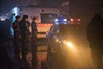Сотрудники милиции и карета скорой помощи на месте происшествия. Архивное фото