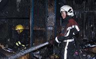 Сотрудники противопожарной службы на месте крупного возгорания на Ошском рынке в Бишкеке. Архивное фото