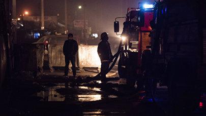 Сотрудники противопожарной службы на месте возгорания. Архивное фото