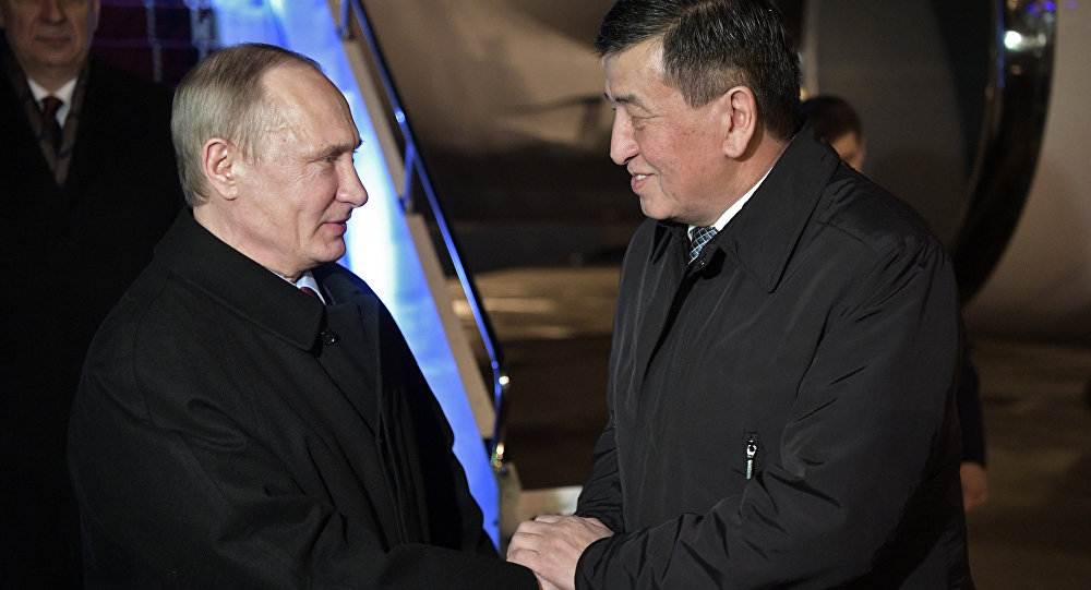 Президент РФ Владимир Путин и премьер-министр Кырыгзстана Сооронбай Жээнбеков (справа) в аэропорту Бишкека