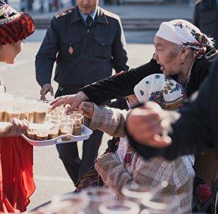 Раздача праздничного блюда сумолок в день праздника Нооруз. Архивное фото