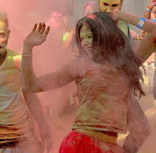 Участники фестиваля красок Холи в Бангалоре. Индия