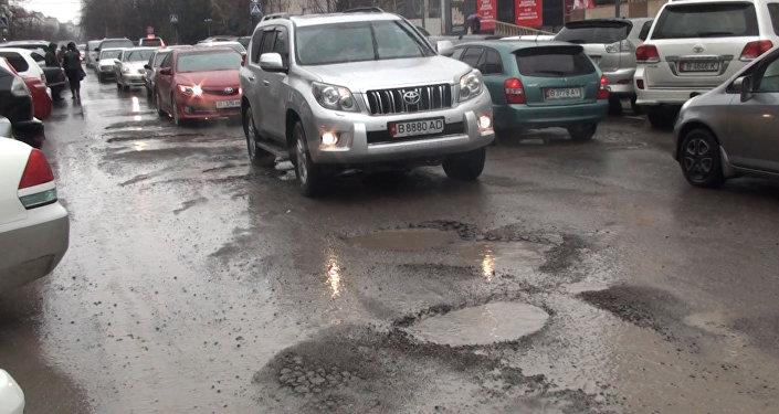 Отрезок столичной улицы Шопокова между проспектом Чуй и улицей Киевской сейчас напоминает территорию военных действий, хотя ремонт там сделали буквально полтора года назад
