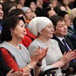 Бывшая первая леди Раиса Атамбаева, нынешняя первая леди Айгуль Жээнбекова, экс-премьер-министр Сапар Исаков и мэр столицы Албек Ибраимов на концерте, приуроченном к Международному женскому дню