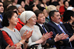 Сүрөттө солдон оңду карай отургандар. Мурдагы биринчи айым Раиса Атамбаева, учурдагы биринчи айым Айгүл Жээнбекова, премьер-министр Сапар Исаков жана калаа мэри Албек Ибраимов.