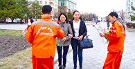 Бишкекчанкам дарят цветы тазалыковцы и активисты — доброе видео