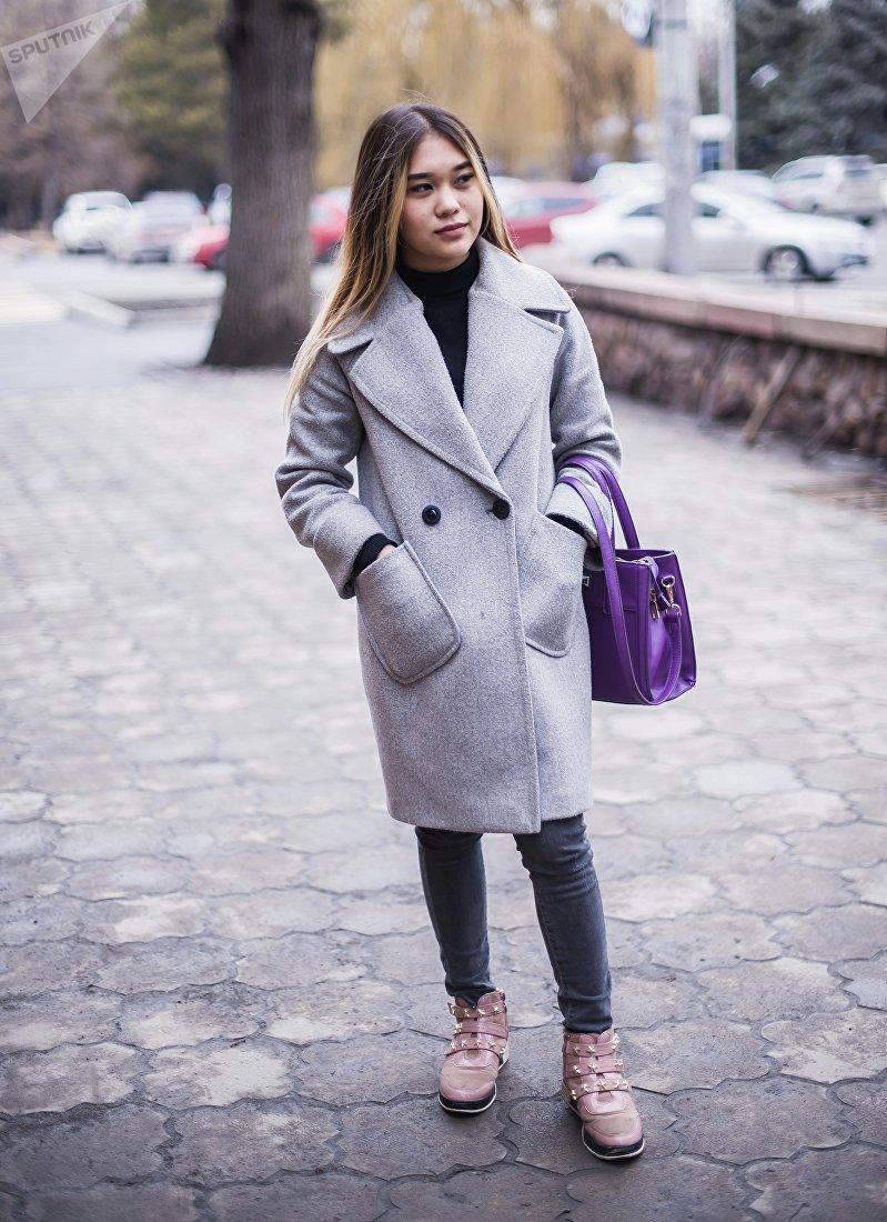 18-летняя студентка музыкального училища Мэлани Сариева во время фотосета