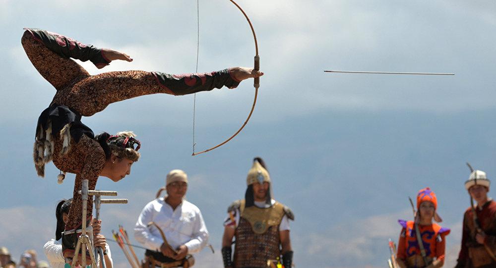 Выступление кыргызской акробатки на этнофестивале. Архивное фото