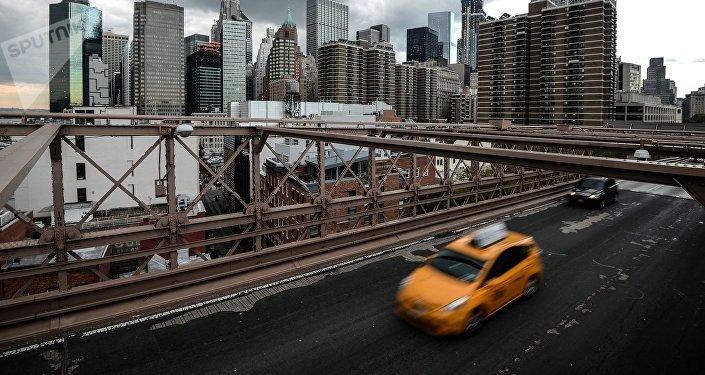Такси на Бруклинском мосту в Нью-Йорке. Архивное фото