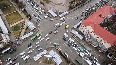 Автомобильный транспорт на пересечении улицы Байтик-Баатыра и проспекта Чуй в центре Бишкека. Архивное фото