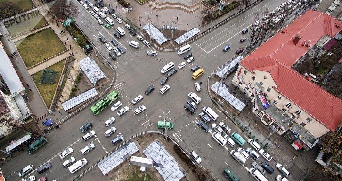 Движение транспорта в центре Бишкека. Архивное фото