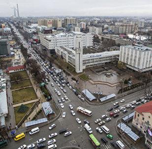 Автомобильное движение на проспекте Чуй в центре Бишкека. Архивное фото