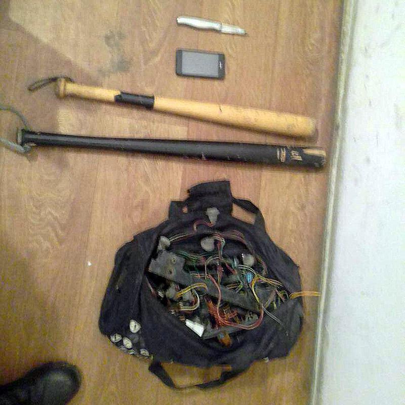У подозреваемых в вымогательстве были изъяты две биты, мобильные телефоны и нож.
