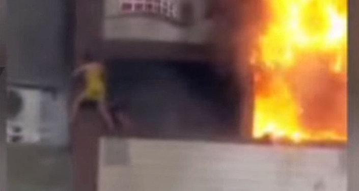 Упала с 6 этажа — видео с пожара в Турции, где пострадала кыргызстанка