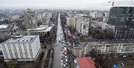 Автомобильное движение по улице Абдрахманова (Советский) в центре Бишкека. Архивное фото