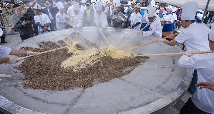 Повара во время приготовления полторы тонны бешбармака в Бишкеке