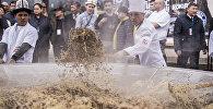 Повара во время приготовления полторы тонны бешбармака в Аишкеке. архивное фото