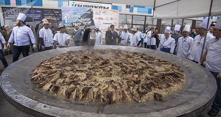 Бир тоннадан ашык бешбармак бир казанга батканда