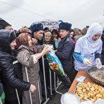 Раздача горожанам приготовленного полторы тонны бешбармака в Бишкеке