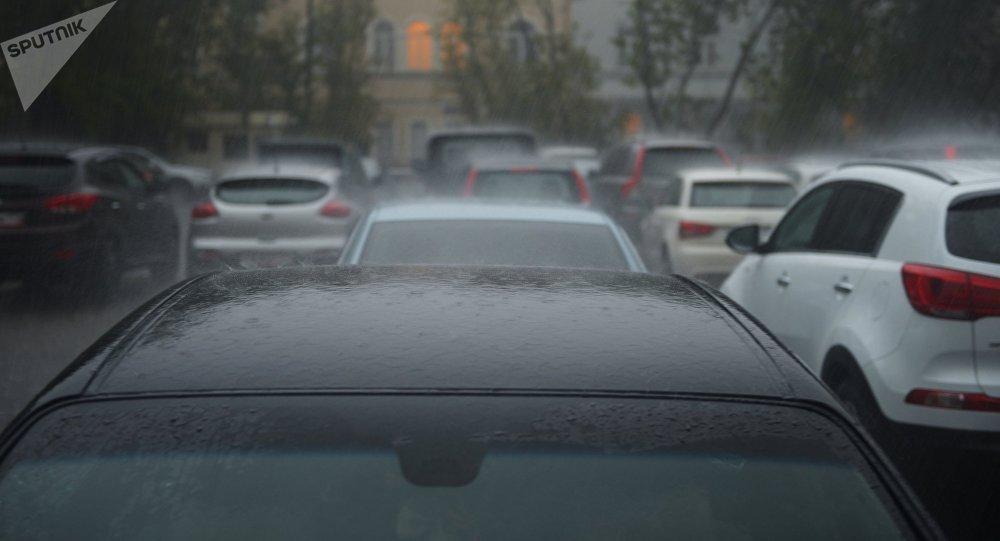 Автомобили под дождем. Архивное фото