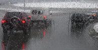 Автомобили едут по трассе во время дождя. Архивное фото