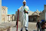 Бухара шаарында абада калкыган адам.
