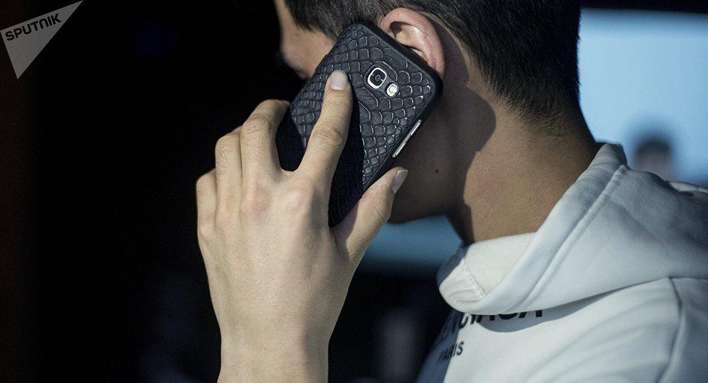 Мужчина разговаривает по мобильному телефону. Иллюстративное фото