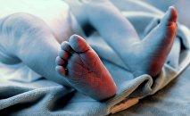 Ножки ребенка. Архивное фото