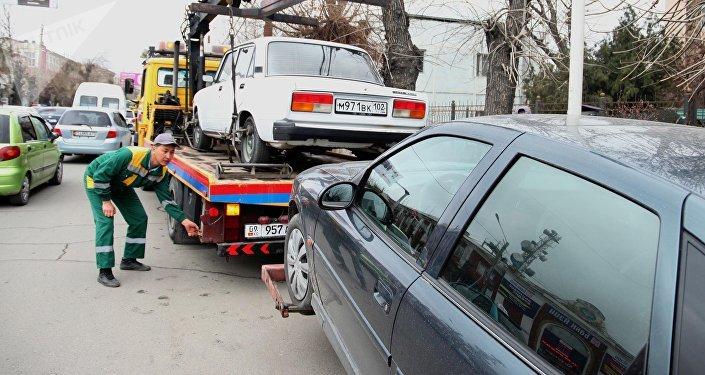 Эвакуация неправильно припаркованных автомобилей в центре Оша