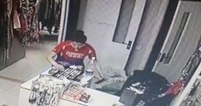 Бишкекте дүкөндөн бир кыздын телефон уурдап жатканы видеого түшүп калган