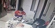 Девушка украла телефоны из бутика в Бишкеке — видео
