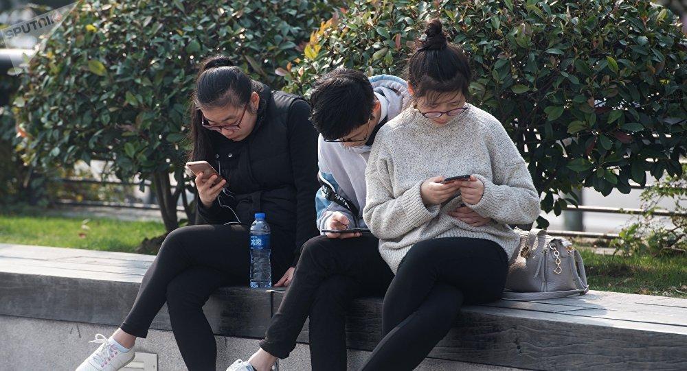 Молодые люди с смартфонами. Архивное фото