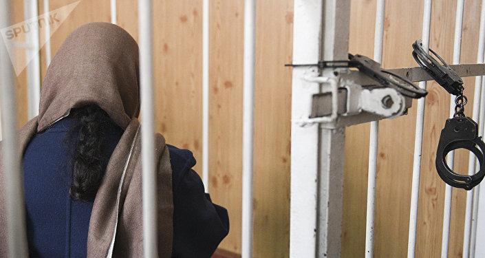 Женщина за решеткой. Архивное фото