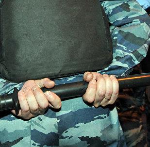 Дубинка кармаган милиция кызматкери. Архивдик сүрөт