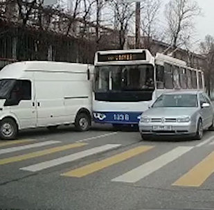Троллейбус задел бус, а тот сбил пешехода в Бишкеке, — видео