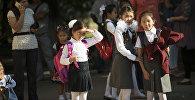 Школьники идут в одну из школ Бишкека. Архивное фото