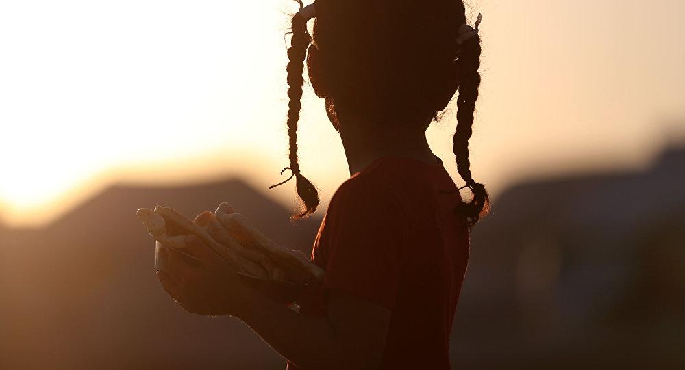 Девочка с хлебом. Архивное фото